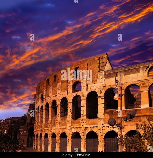 Hell purpurroter Sonnenuntergang über das antike Kolosseum. Rom. Italien Stockbild