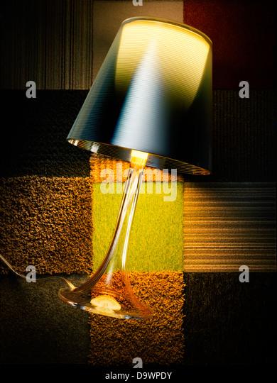 Lampe auf einem Teppich Stockbild