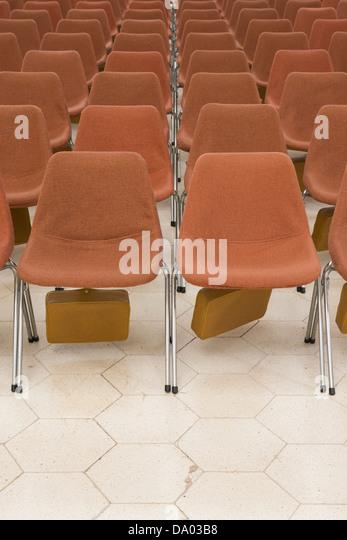 Roten Sitzreihen in Clifton Kathedrale, Bristol, UK. Stockbild