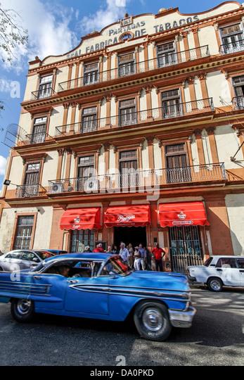 Oldtimer vor Tabakfabrik in Havanna, Kuba Stockbild