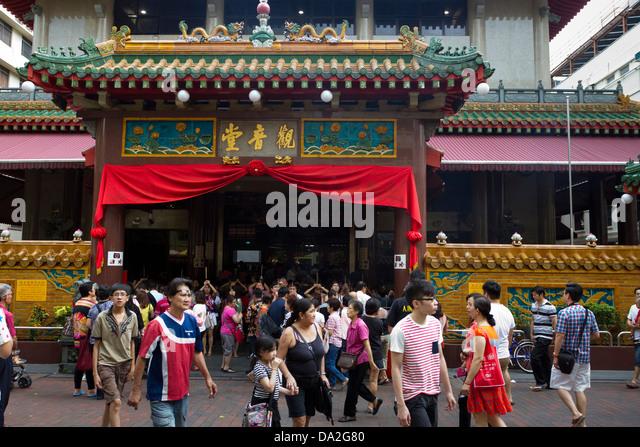 Menschen stehen und gehen um außen Kwan Im Thong Hood Cho Tempel, Bugis, Singapur Stockbild