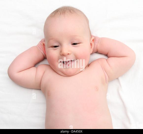 Glückliches Baby auf Rückseite Stockbild