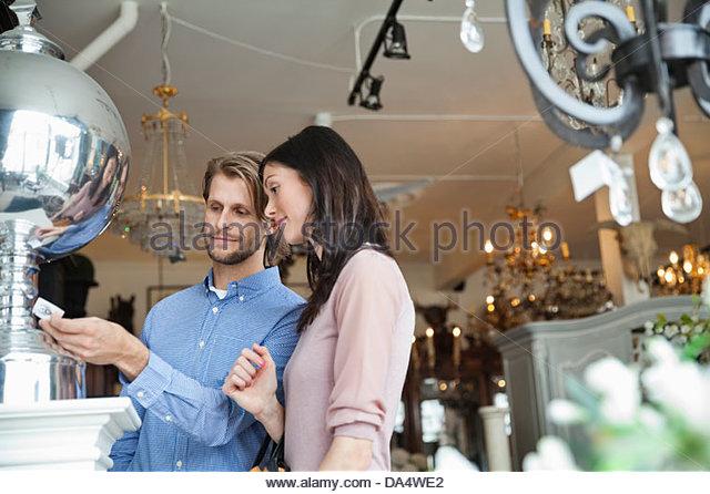 Paar zusammen einkaufen im Möbelhaus Stockbild