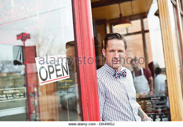 Porträt von männlichen Unternehmer stehen in Diner Eingang Stockbild