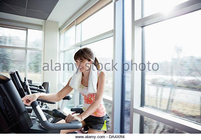 Frau am Ergometer im Fitness-Center trainieren Stockbild