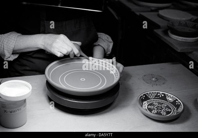 Potter bereitet Gericht mit verzierten Dekoration vor dem endgültigen Glasieren und brennen Stockbild
