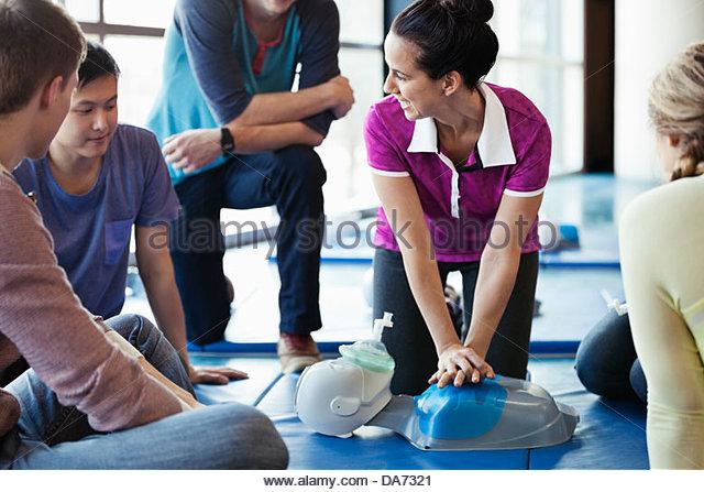 Lehrer unterrichten CPR-Klasse im Fitness-center Stockbild