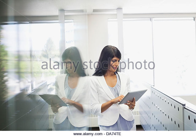 Geschäftsfrau mit digital-Tablette in office Stockbild