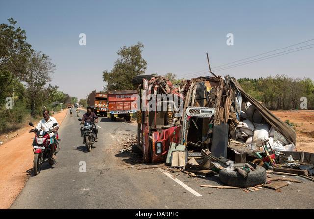 Indien, Süd-Indien, Asien, Karnataka, Straße, Unfall, Gefahr, LKW Stockbild