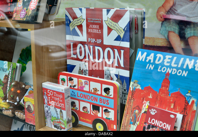 Kinder Reise-Bücher über London UK in einem Schaufenster Stockbild