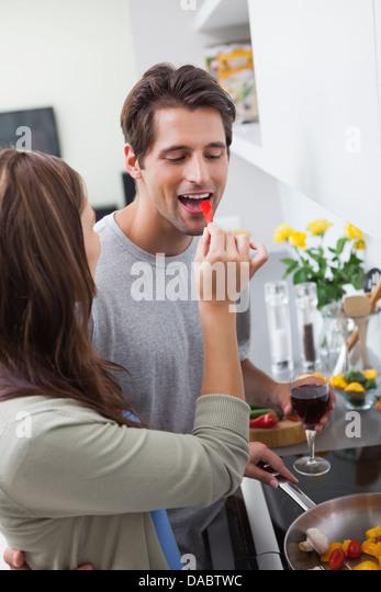 Frau, ihr Mann Paprika füttern Stockbild