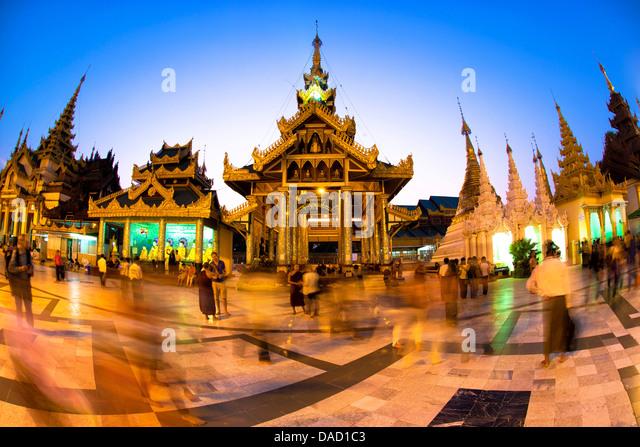 Fisheye Schuss in der Nacht vom Tempel in Yangon (Rangoon), Myanmar (Burma), Shwedagon Paya (Pagode), Asien Stockbild