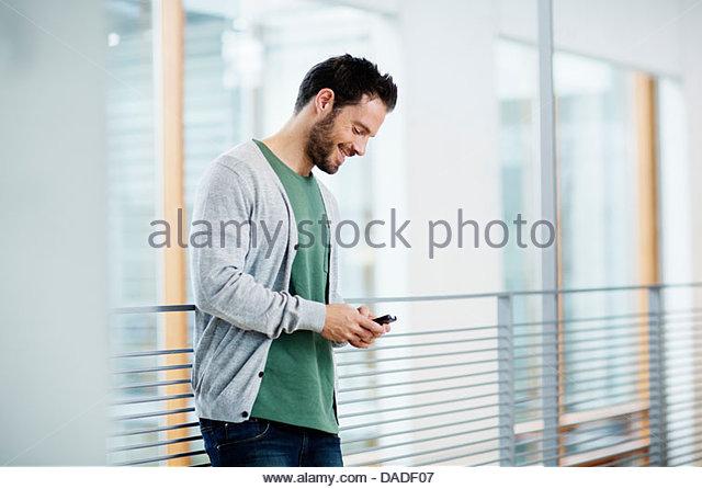 Man blickte auf Handy Stockbild