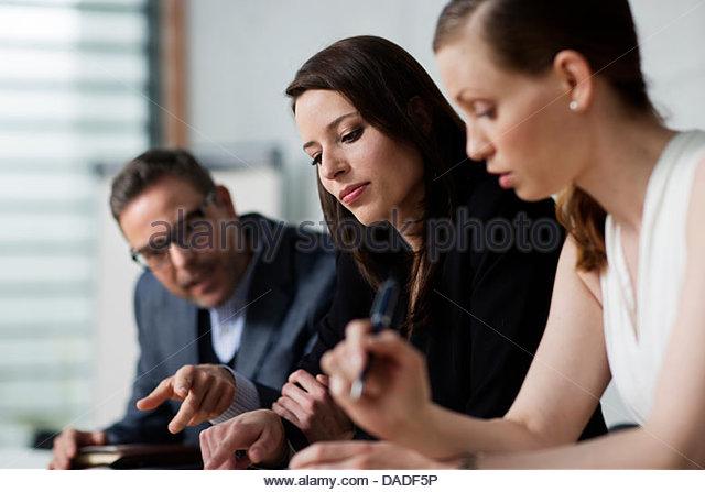 Drei Menschen treffen Stockbild