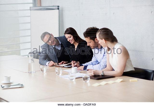 Vier Menschen treffen Stockbild