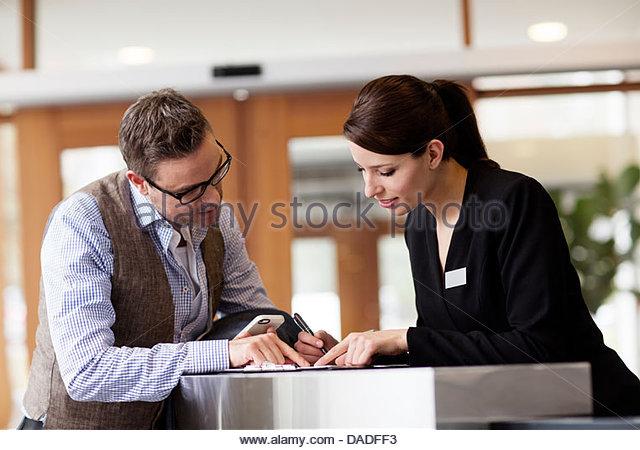Mann und Frau auf der Suche nach unten Stockbild