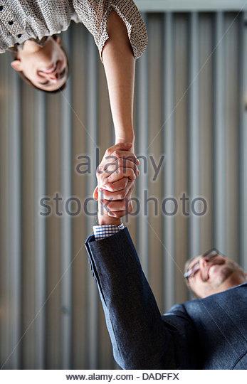 Mann und Frau, die Hände schütteln Stockbild