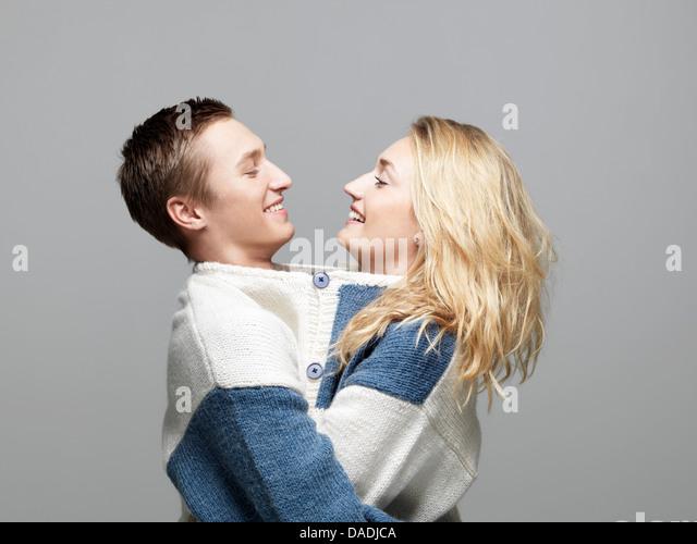 Junges Paar mit gleichen Pullover Stockbild