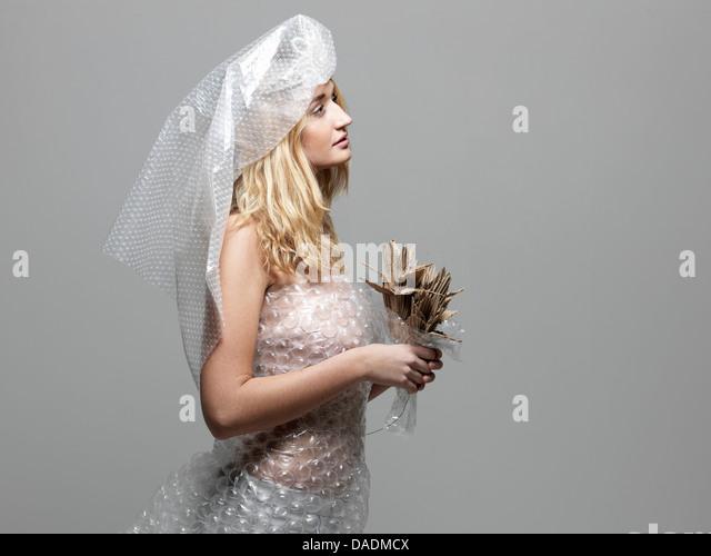Frau mit Luftpolsterfolie verkleidet als Braut Stockbild