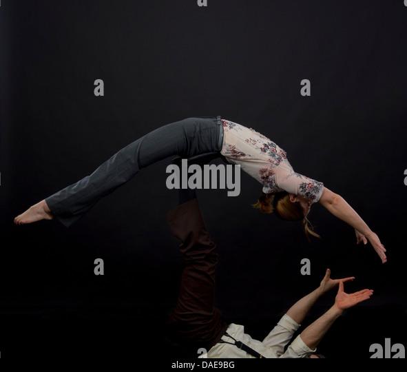 Studioaufnahme von Akrobaten ausgleichende Trick durchführen Stockbild