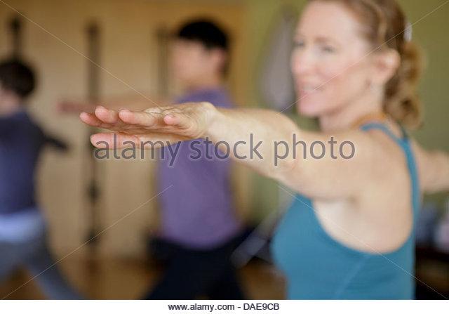 Reife Frauen mit ausgestreckten Armen und Fingern in Übung Stockbild
