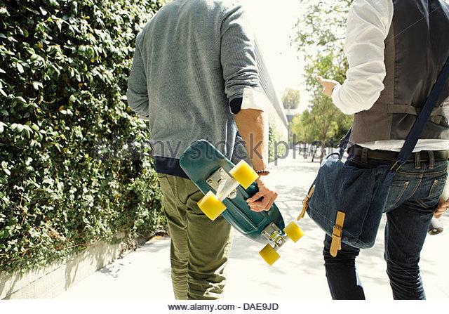 Zwei junge Männer, die Straße entlang mit skateboards - Stock-Bilder