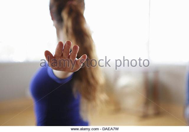 Weiblich, Training mit ausgestreckten Armen und Fingern Stockbild