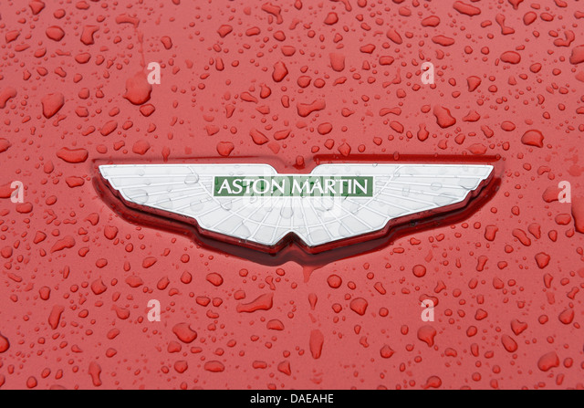 Aston Martin Auto Abzeichen hautnah auf einem nassen Motorhaube Stockbild