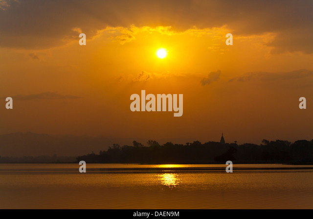 Taungthaman-See bei Sonnenaufgang, Burma, Amarapura Stockbild