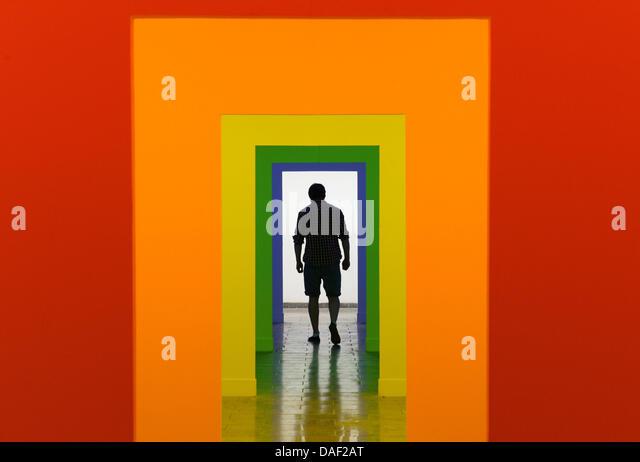 Karlsruhe, Deutschland. 11. Juli 2013. Ein Besucher der Karlsruher Akademie der bildenden Künste geht durch Stockbild
