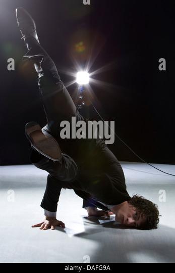 Leistungsstarke Stunt Schauspieler auf der Bühne Stockbild