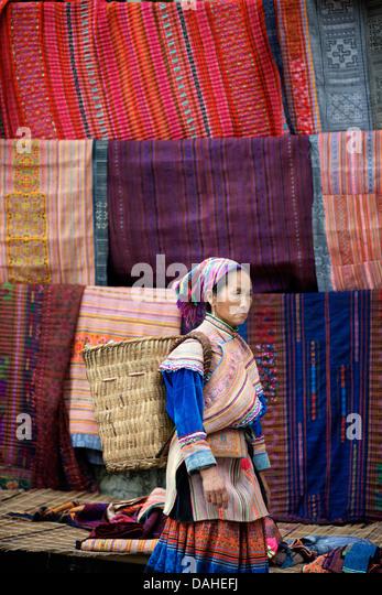 Flower Hmong Frauen am Sonntagsmarkt von Bac Ha. Lao Cai Provinz, Nord-Vietnam Stockbild