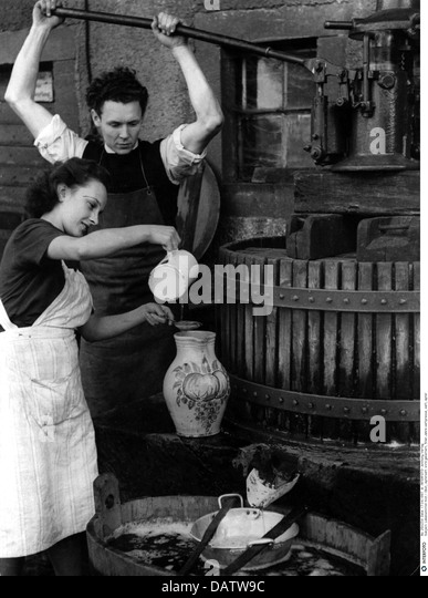 Lebensmittel, Obst, Apfel Saft Presse, 1950er Jahre, 50er Jahre des 20. Jahrhunderts, historisch, historische, knetet, Stockbild