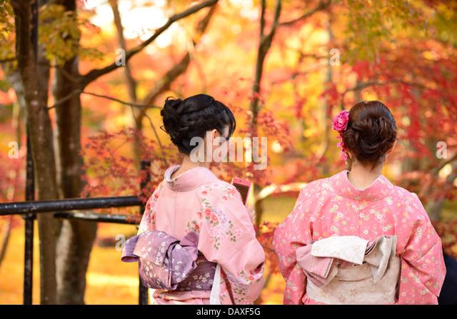 Mädchen sehen Herbstlaub in Kyoto, Japan. Stockbild