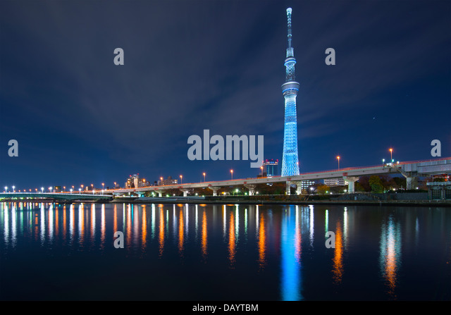 Tokyo, Japan auf dem Sumida-Fluss mit den Skytree in der Ferne. Stockbild