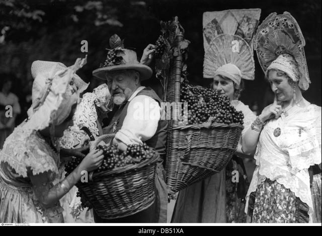 Alkohol, Wein, Weinfest in Paris der 1930er Jahre, 30er Jahre, 20. Jahrhundert, historische, historischer, Frau, Stockbild