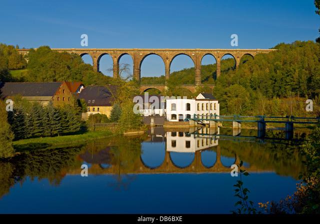 Zwickauer Mulde Fluss mit Wasserkraftwerk und Göhren Viadukt, Sachsen, Deutschland Stockbild