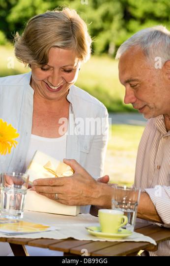 Ältere Ehepaare Eröffnung anwesend zusammen Stockbild
