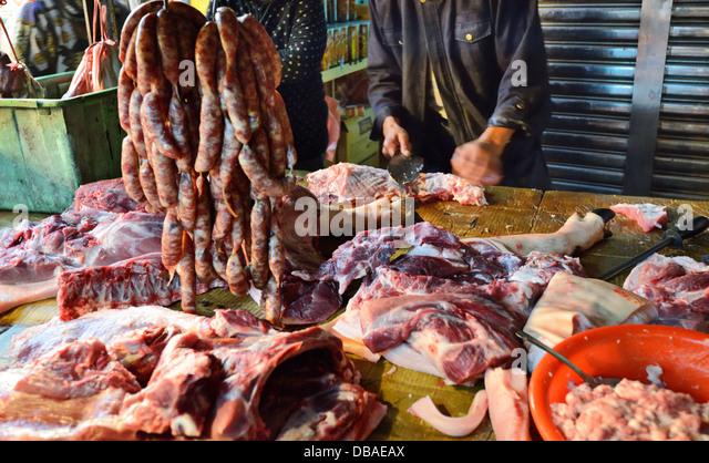 Fleisch wird auf einem taiwanesischen Lebensmittelmarkt geschlachtet. Stockbild