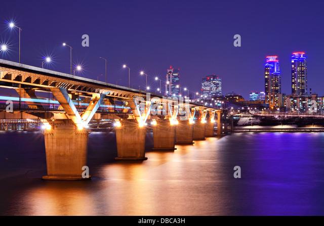 Han-Fluss und Brücke in Seoul, Südkorea. Stockbild