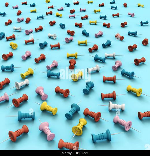Darstellung der verschiedenen Multi farbige Reißzwecken auf blauem Hintergrund Stockbild