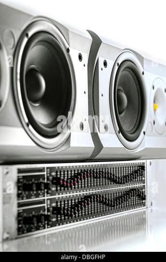 Grafik-Equalizer und Lautsprecher auf weißem Hintergrund Stockbild
