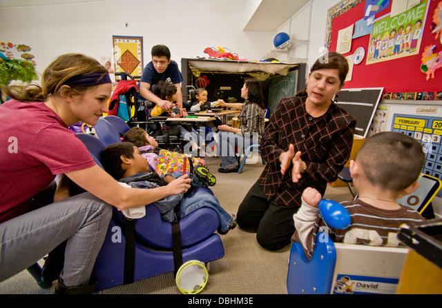 Geschulte Mitarbeiter begrüßen ankommende blinden sehbehinderten und behinderte Kinder bei der blinden Stockbild