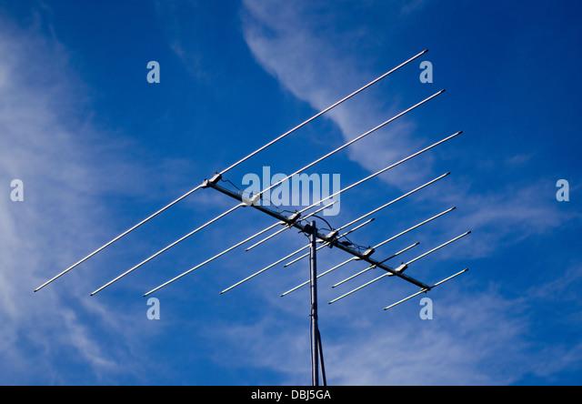 Veraltete analoge TV-Antenne gegen blauen Himmel. Stockbild