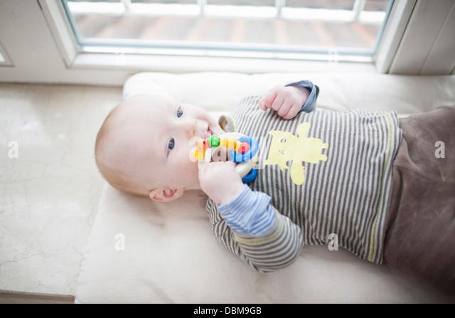 Baby Junge spielt mit Rassel, München, Bayern, Deutschland Stockbild