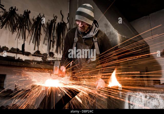 Schmied Hämmern Metall auf einen Amboss, Landshut, Bayern, Deutschland Stockbild