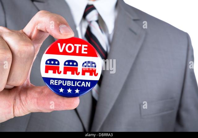 Ein Wahlkampf Politiker zeigen seine republikanischen politischen Abzeichen bei den Wahlen in den USA Stockbild