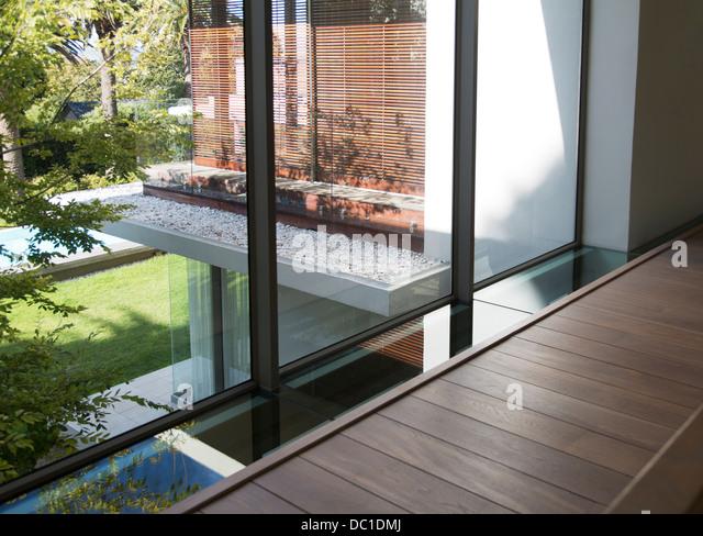 Wanderweg entlang der Fenster des modernen Hauses Stockbild