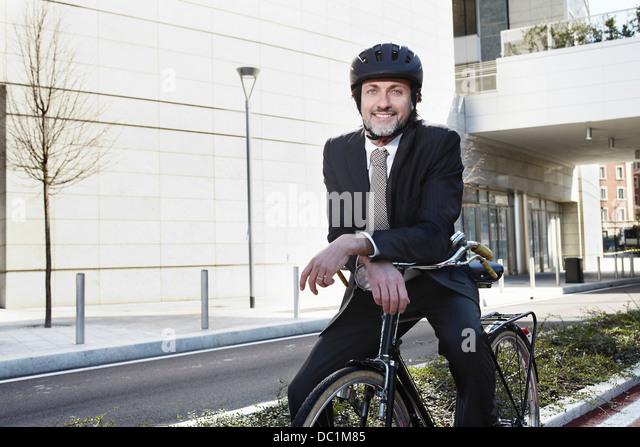 Mitte adult Geschäftsmann sitzen auf Fahrrad Lächeln Stockbild