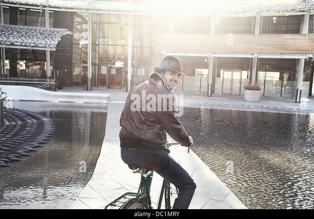 Mitte erwachsener Mann genießen Radtour in Stadt Stockbild